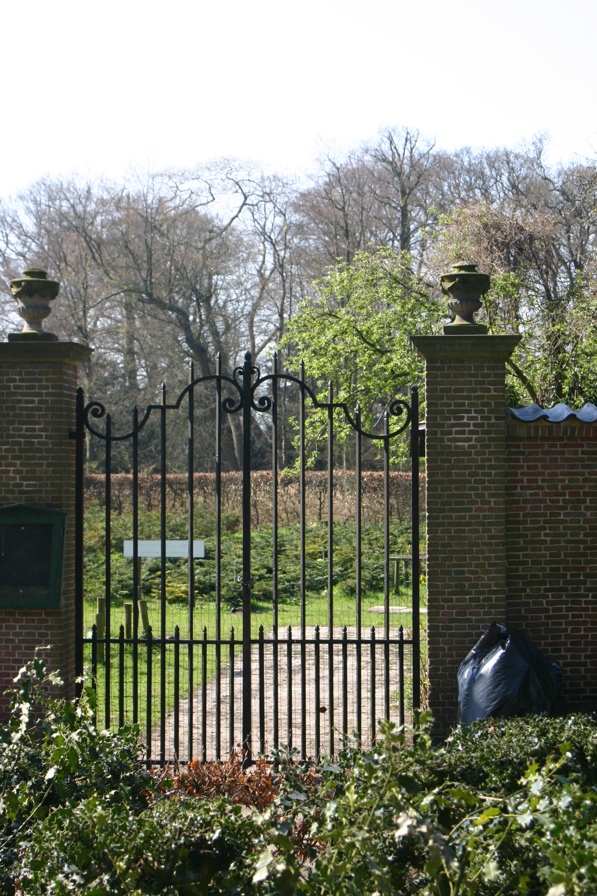 Kasteel duivenvoorde hek in de noordelijke tuinmuur van de leidse tuin in voorschoten - Deco van de tuin ...