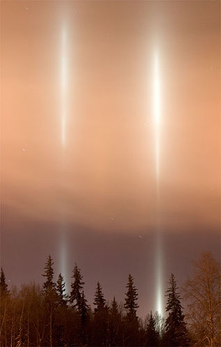 http://upload.wikimedia.org/wikipedia/commons/8/82/FairbanksUAFLightPillars.jpg