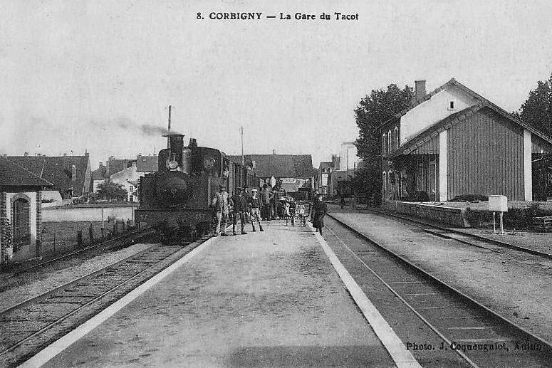 La gare du Tacot à Corbigny, elle est située à côté de la gare PLM.