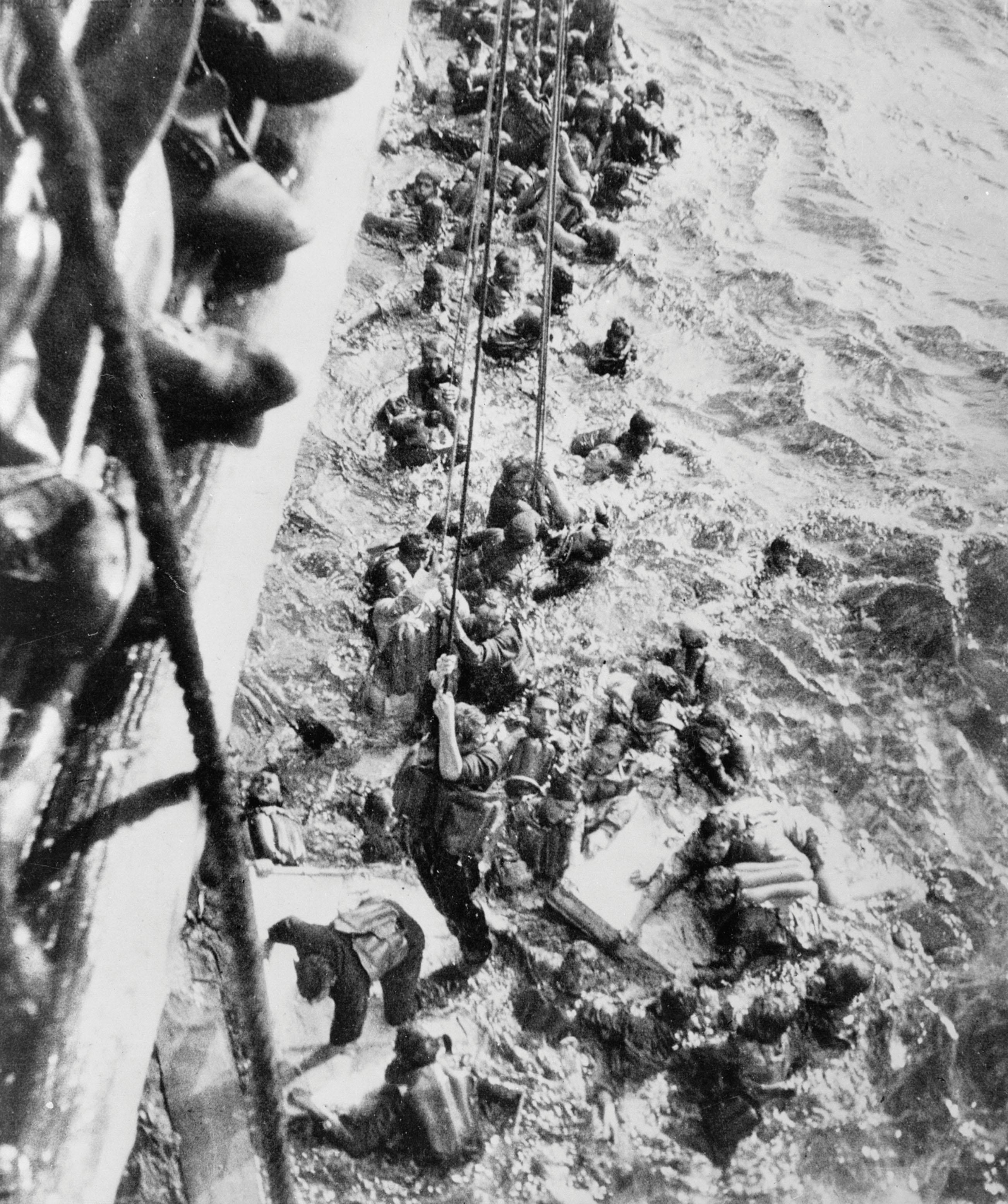 قصة مطاردة واغراق البارجة الاسطورة بسمارك HMS_Dorsetshire_Bismarck_survivors