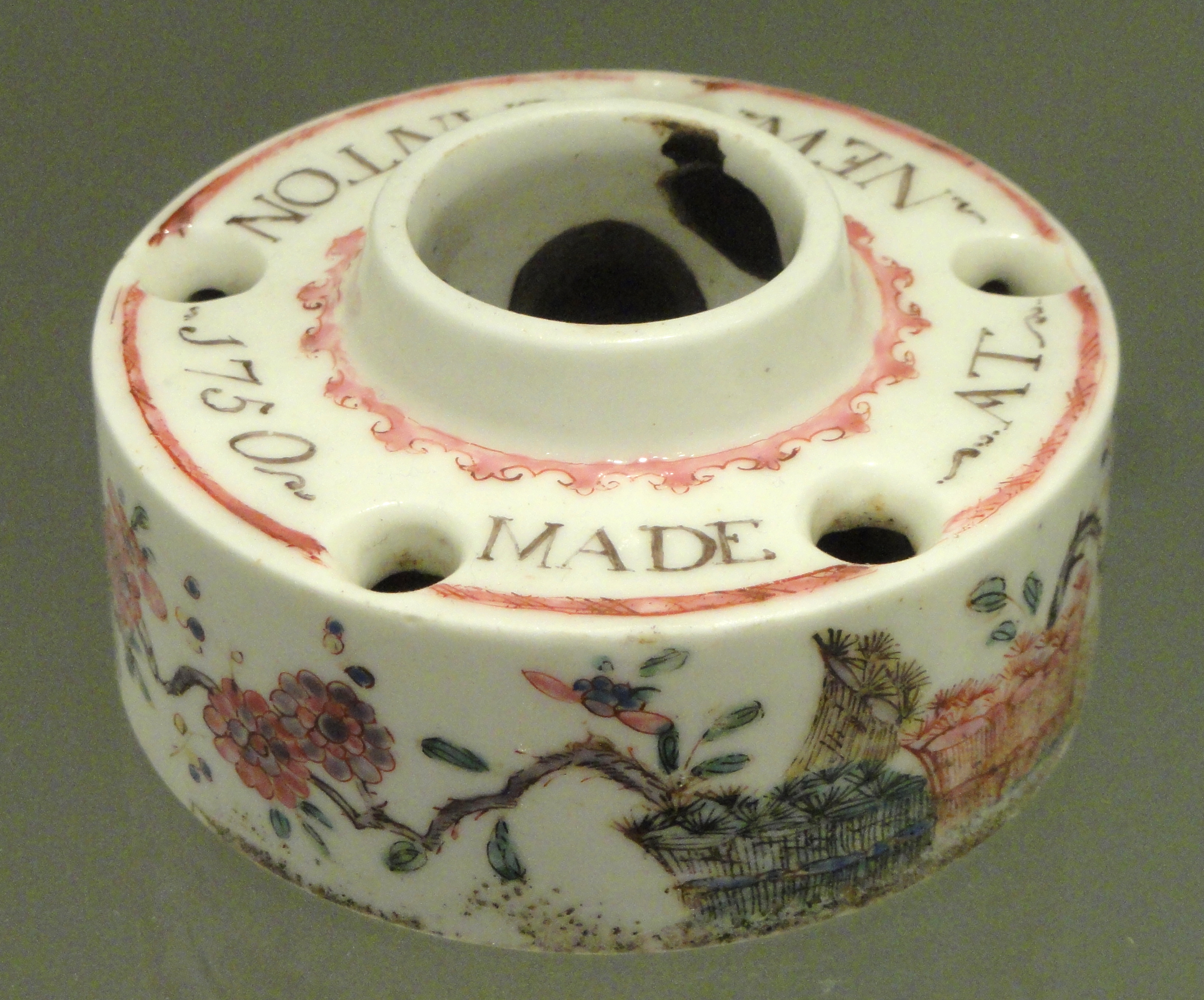 File:Inkwell, dated 1750, Bow factory, soft-paste porcelain with overglaze enamels, gold