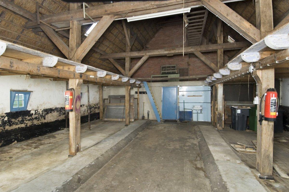 bestandinterieur overzicht schuur aan de achterzijde van de boerderij veenhuizen 20415872