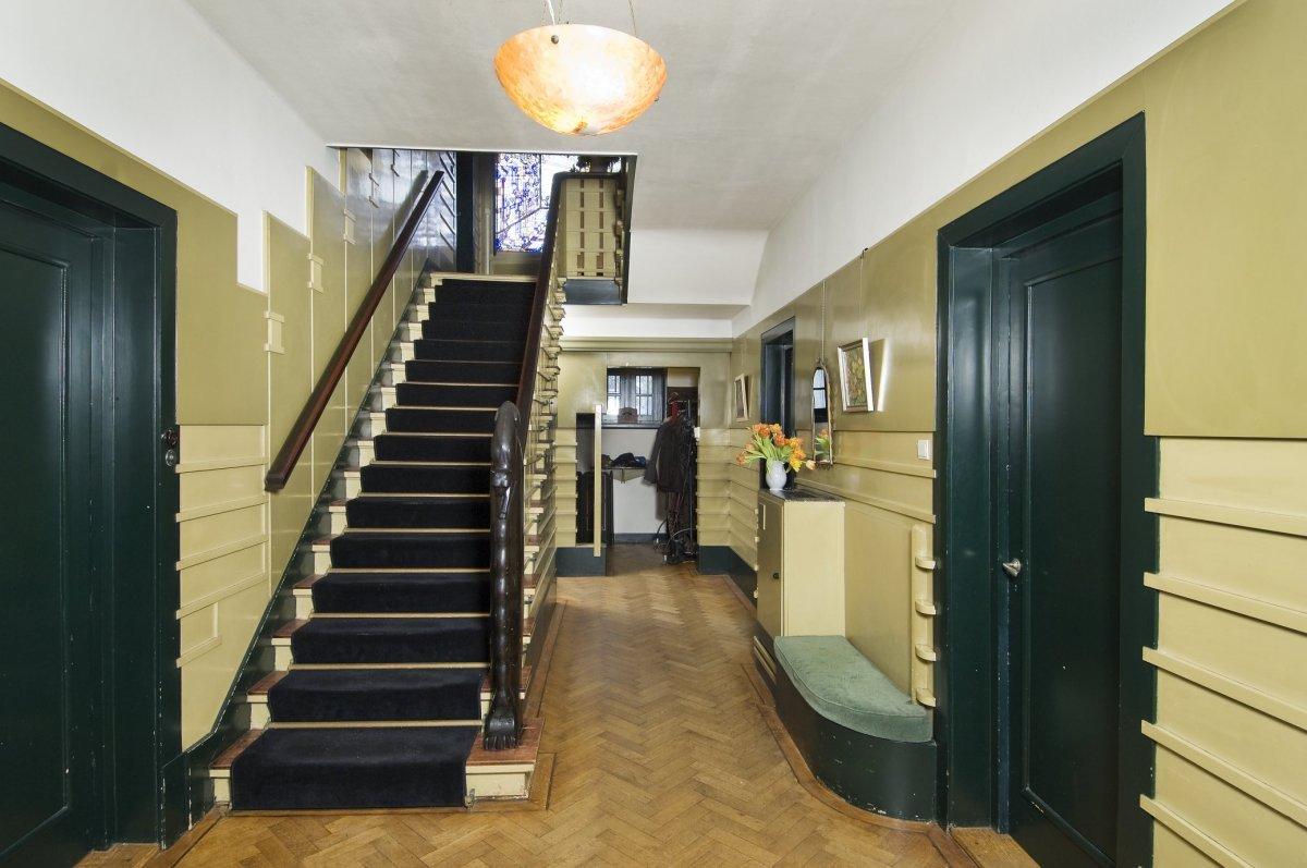 File interieur overzicht van de entreehal met trap amsterdam