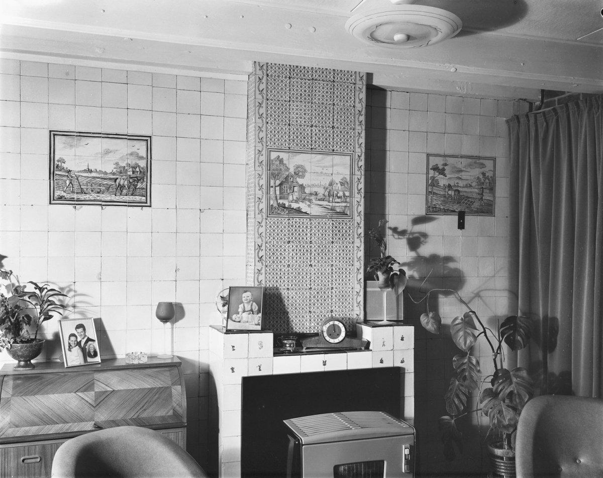File interieur woonkamer met tegeltableaus aan wand en for Interieur 605