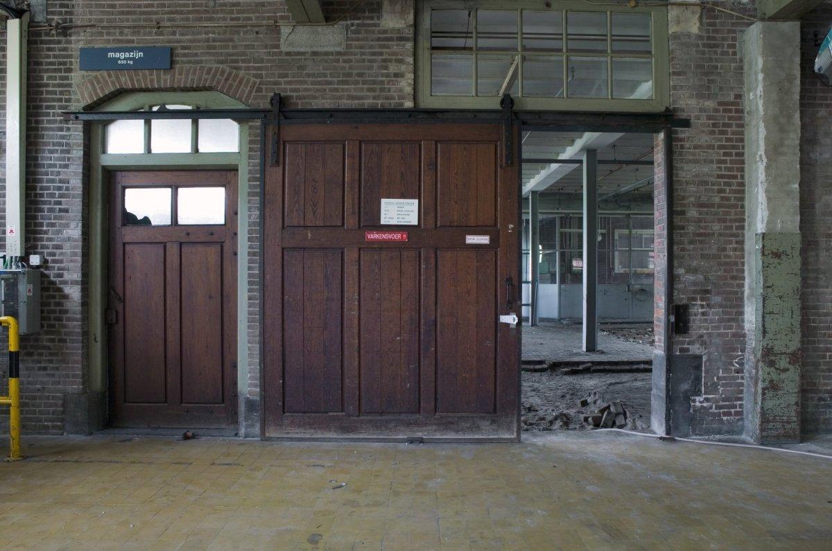File interieur begane grond overzicht doorgangen een met enkele houten deur en een met houten - Schuifdeur deur ...