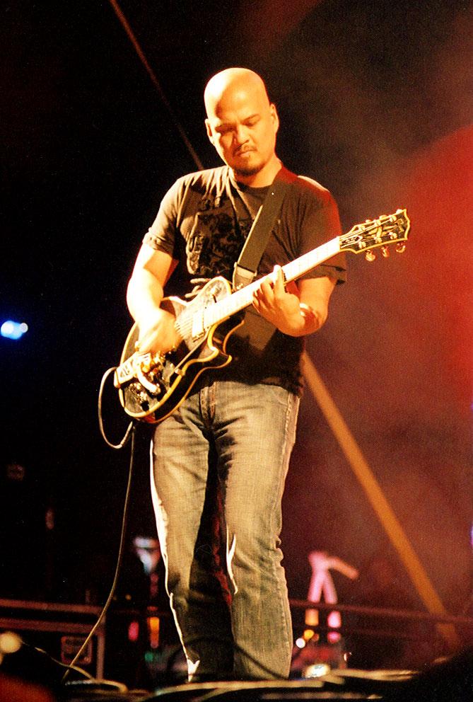 Bowie ha influido a muchas bandas y artistas. Pixies comenzaron a tocar juntos después de que Joey Santiago (en la foto) le enseñase su música a Frank Black.