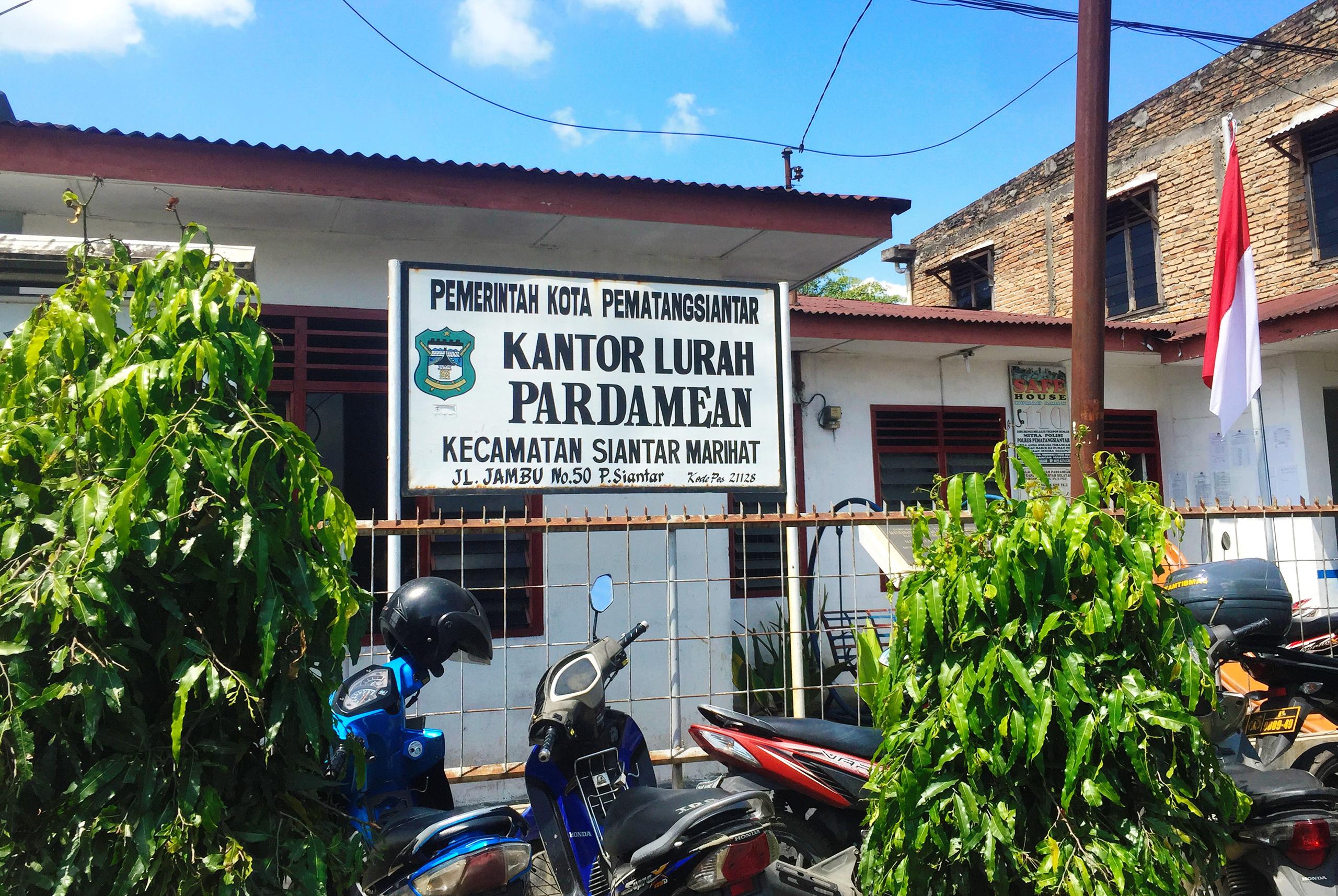 upload.wikimedia.org/wikipedia/commons/8/82/Kel._Pardamean%2C_Kecamatan_Siantar_Marihat%2C_Pematangsiantar.jpg