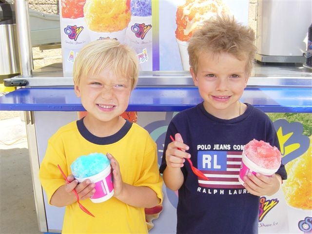 https://upload.wikimedia.org/wikipedia/commons/8/82/Kids_shave_ice.jpg