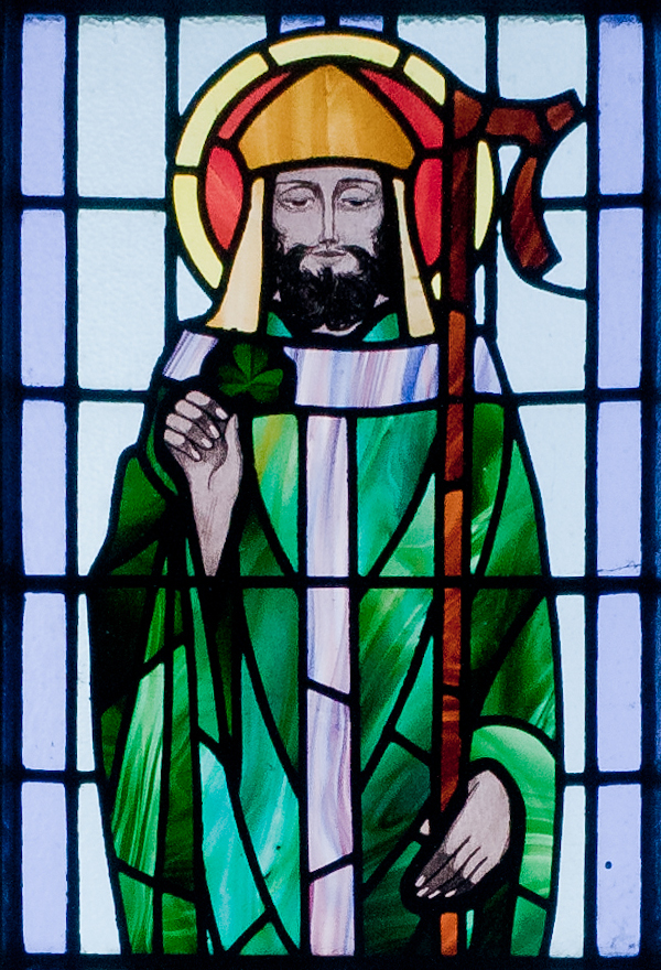 https://upload.wikimedia.org/wikipedia/commons/8/82/Kilbennan_St._Benin%27s_Church_Window_St._Patrick_Detail_2010_09_16.jpg