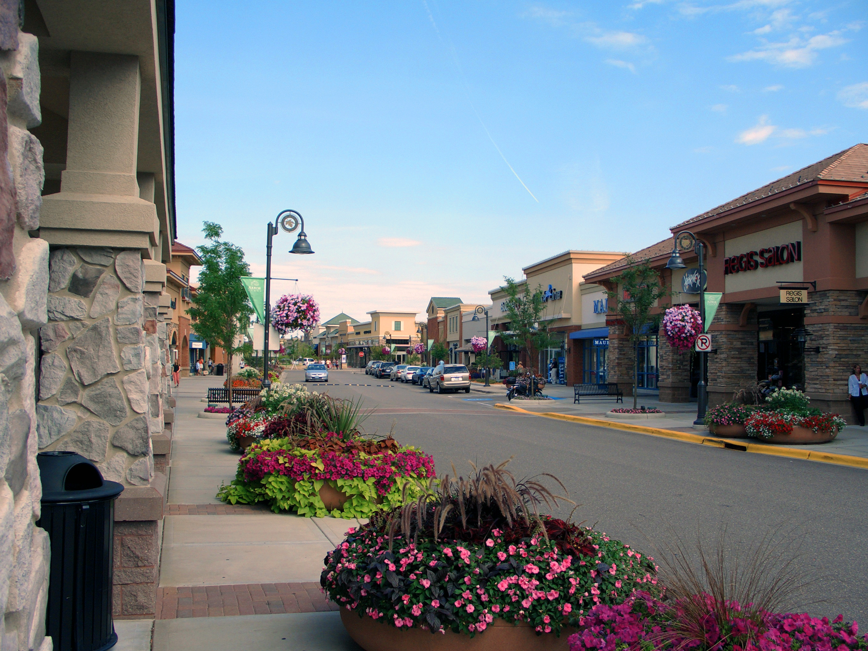 Jul 17,  · Arbor Lakes is a beautul shopping area. The stores are connected with well maintanined sidewalks. You will find every store you can possible want in a beautiful setting/5(65).