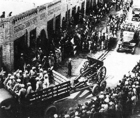 photo showing the Chinese Red Army entering the Chinese city of Yinchuan in 1949