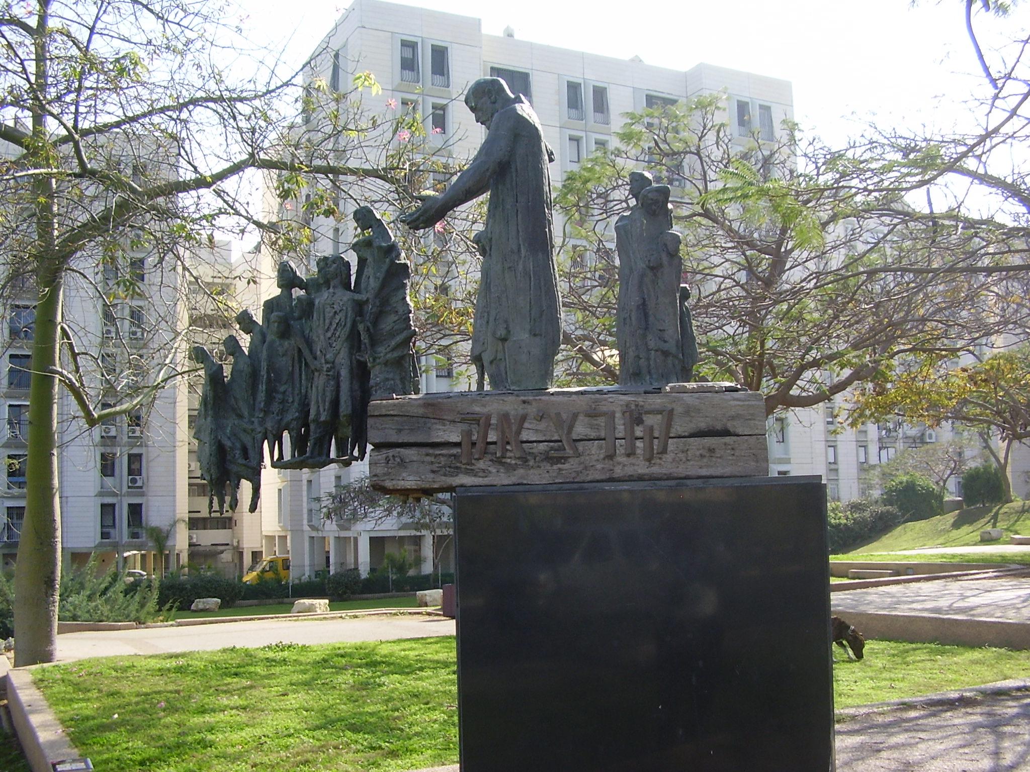 Statue i spomenici posvećene deci PikiWiki_Israel_11691_monument_to_janusz_korczak_and_the_children_in_bat