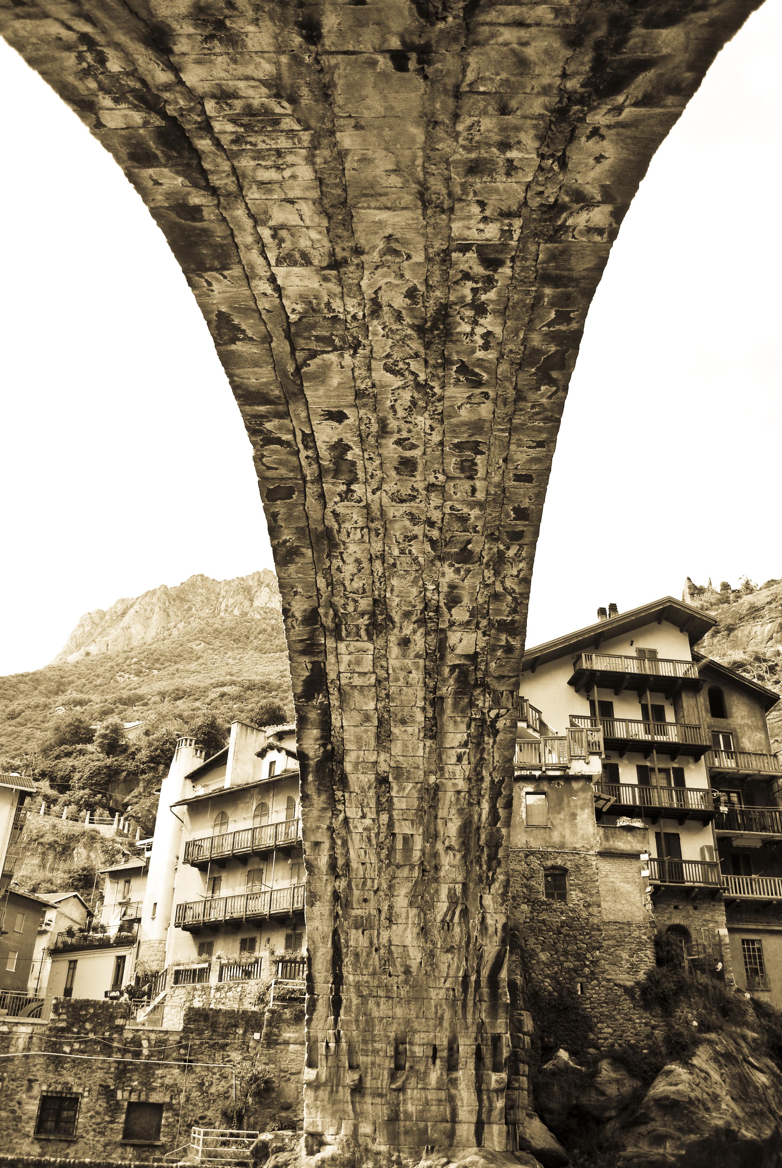 file pont saint martin bridge aosta valley italy pic wikipedia. Black Bedroom Furniture Sets. Home Design Ideas