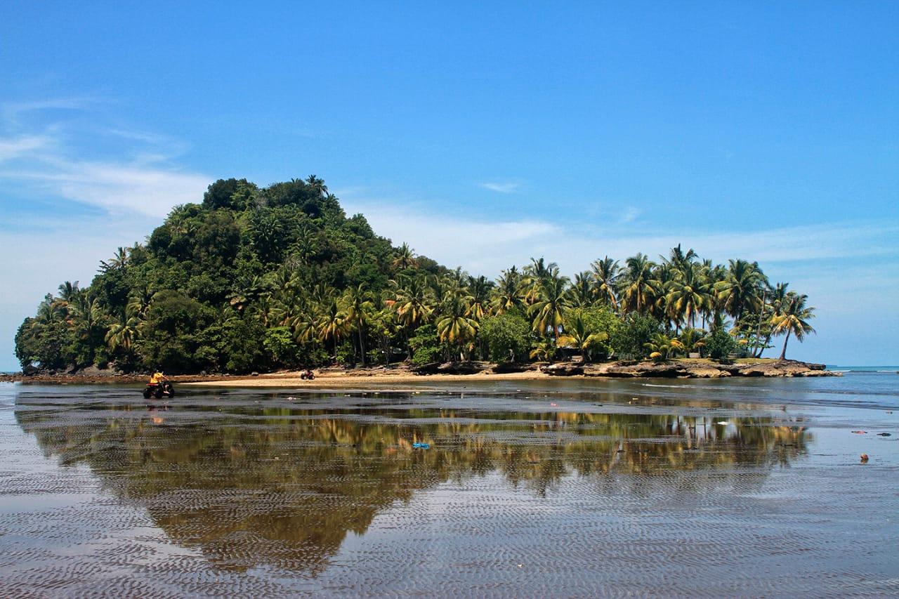 File:Pulau di Pantai Air Manis.jpg - Wikimedia Commons