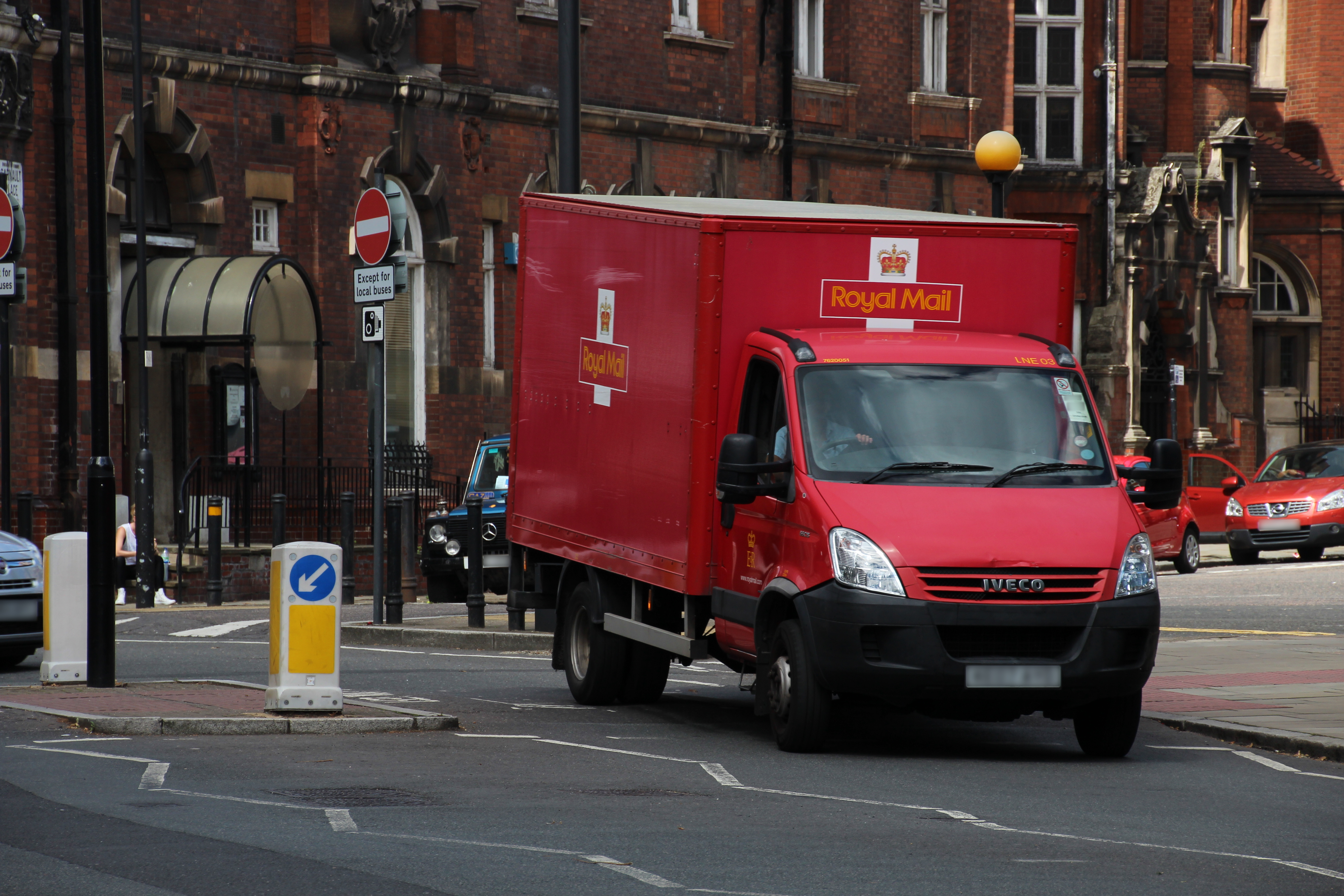 File Royal Mail Truck In Front Of Finsbury Town Hall Borough Islington London August 11th 2017 Jpg