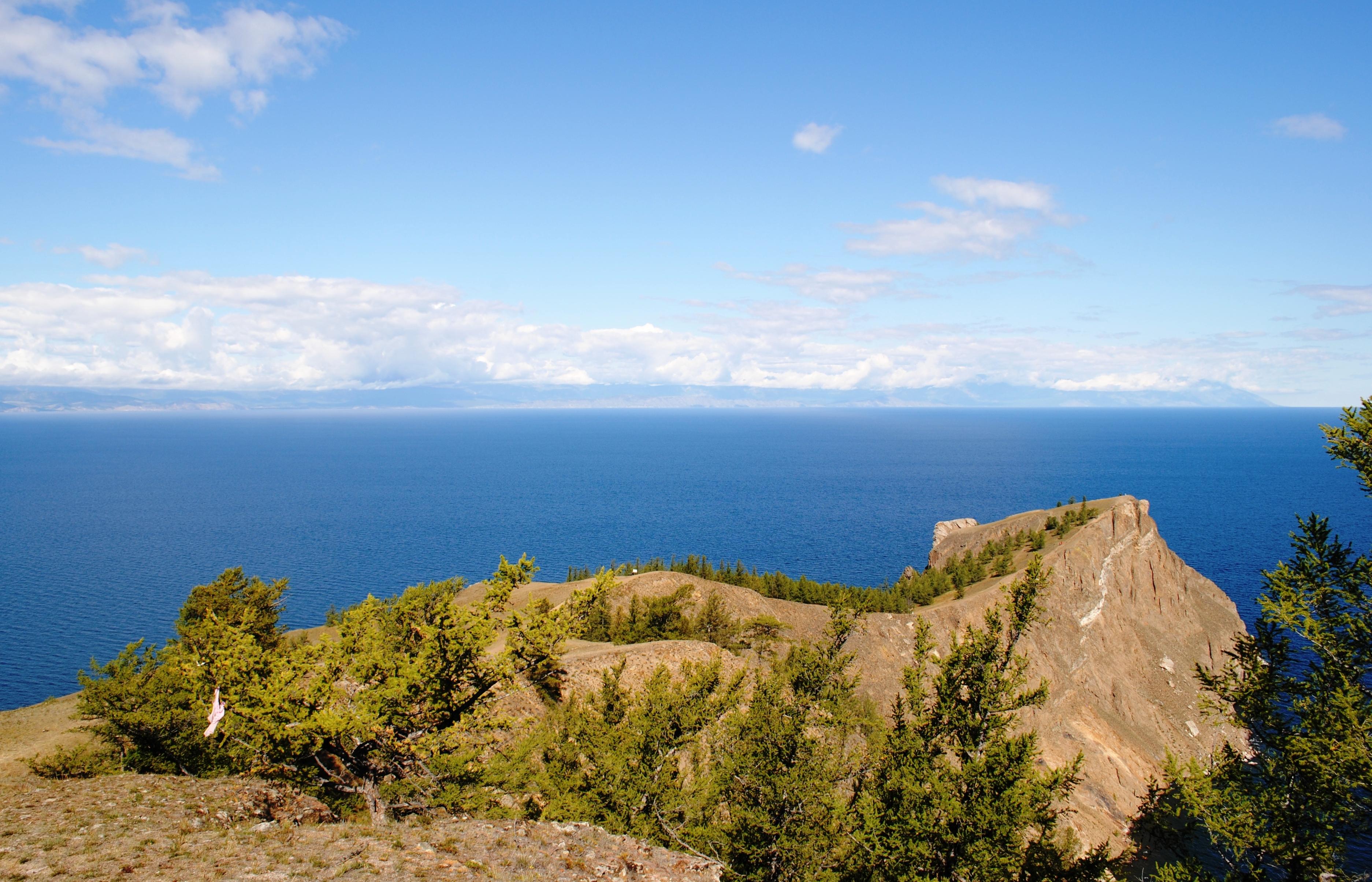 Вид с мыса Хобой на полуостров Святой Нос по ту сторону Байкала