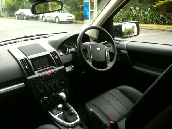 https://upload.wikimedia.org/wikipedia/commons/8/83/2011_Land_Rover_Freelander_2_TD4_-_Flickr_-_NRMA_New_Cars.jpg