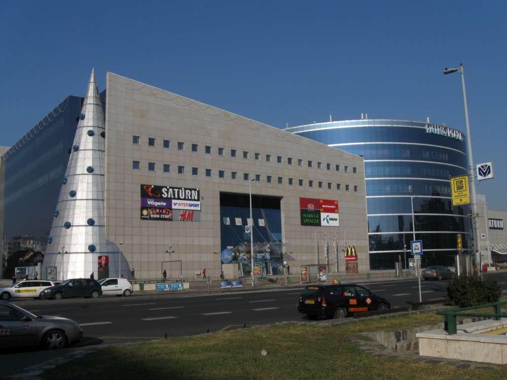 A Vodafone Duna Plaza nyitva tartás a Duna Plaza külső homlokzatára írva