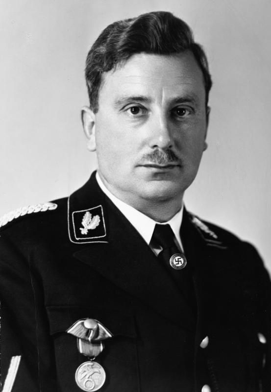 Emil Maurice unterhielt mit Adilf Hitler und Geli Raubal eine Menage a troi. Eigentlich wollte Geli Medizin studieren, wandte sich dann dem Tanz zu