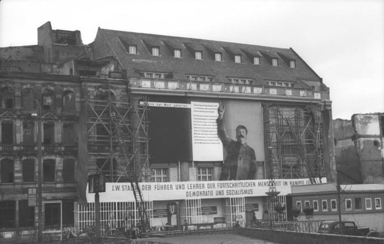 file bundesarchiv bild 183 s91239 berlin metropol theater stalin wikimedia. Black Bedroom Furniture Sets. Home Design Ideas
