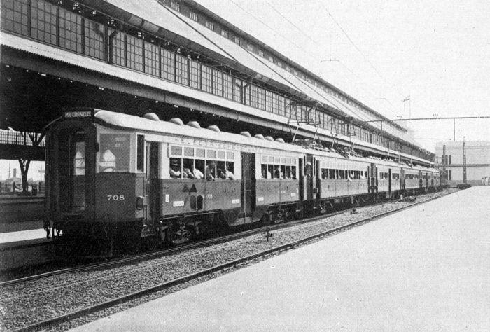 Berkas:COLLECTIE TROPENMUSEUM Eerste electrische trein van Weltevreden naar Tandjoengpriok TMnr 10014006.jpg
