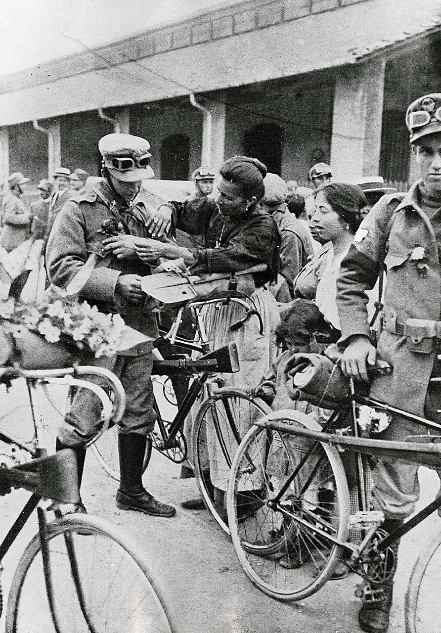 Dateidonne Con Militari In Biciclettajpg Wikipedia