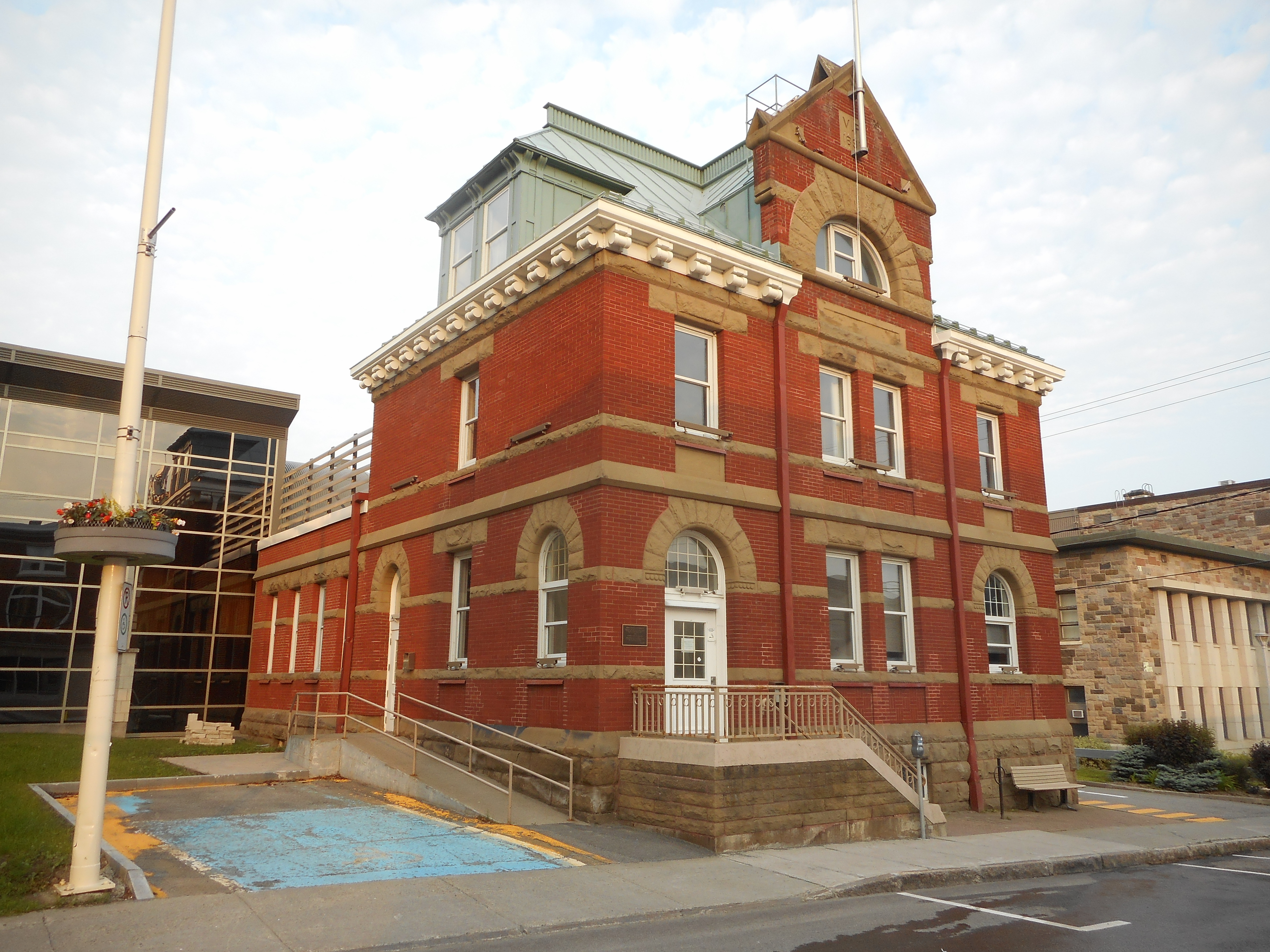 File edifice du bureau de poste rimouski wikimedia commons for Bureau de poste