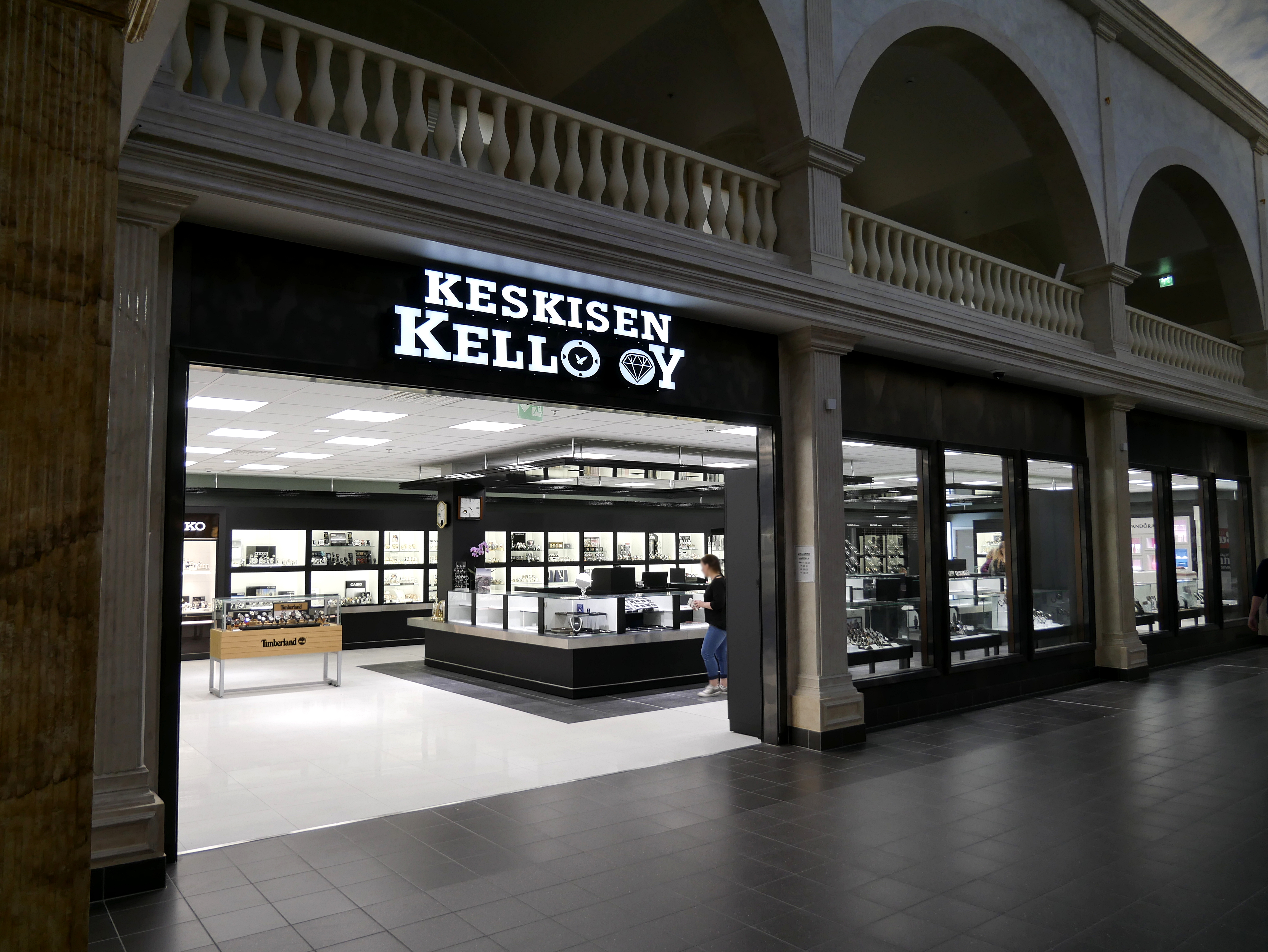 Uudistunut Keskisen Kellon myymälä on lahjanostajien toiveiden paikka