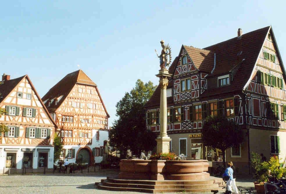 Das Urheberrecht auf dieses Foto hat: WIKIPEDIA Mehr Infos hier: http://upload.wikimedia.org/wikipedia/commons/8/83/Ladenburg_-_Marktplatz.jpg