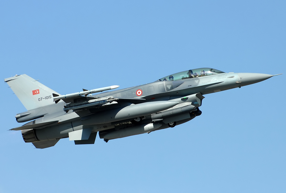 https://upload.wikimedia.org/wikipedia/commons/8/83/Lockheed_Martin_F-16D_Fighting_Falcon,_Turkey_-_Air_Force_JP7156596.jpg