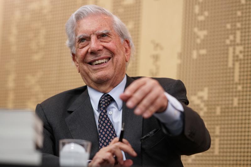 Mario Vargas Llosa obtiene el premio del libro del año de la Fundación Francisco Umbral por su novela Tiempos recios.