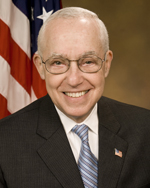 Portrait officiel de Michael B. Mukasey, en 2007.