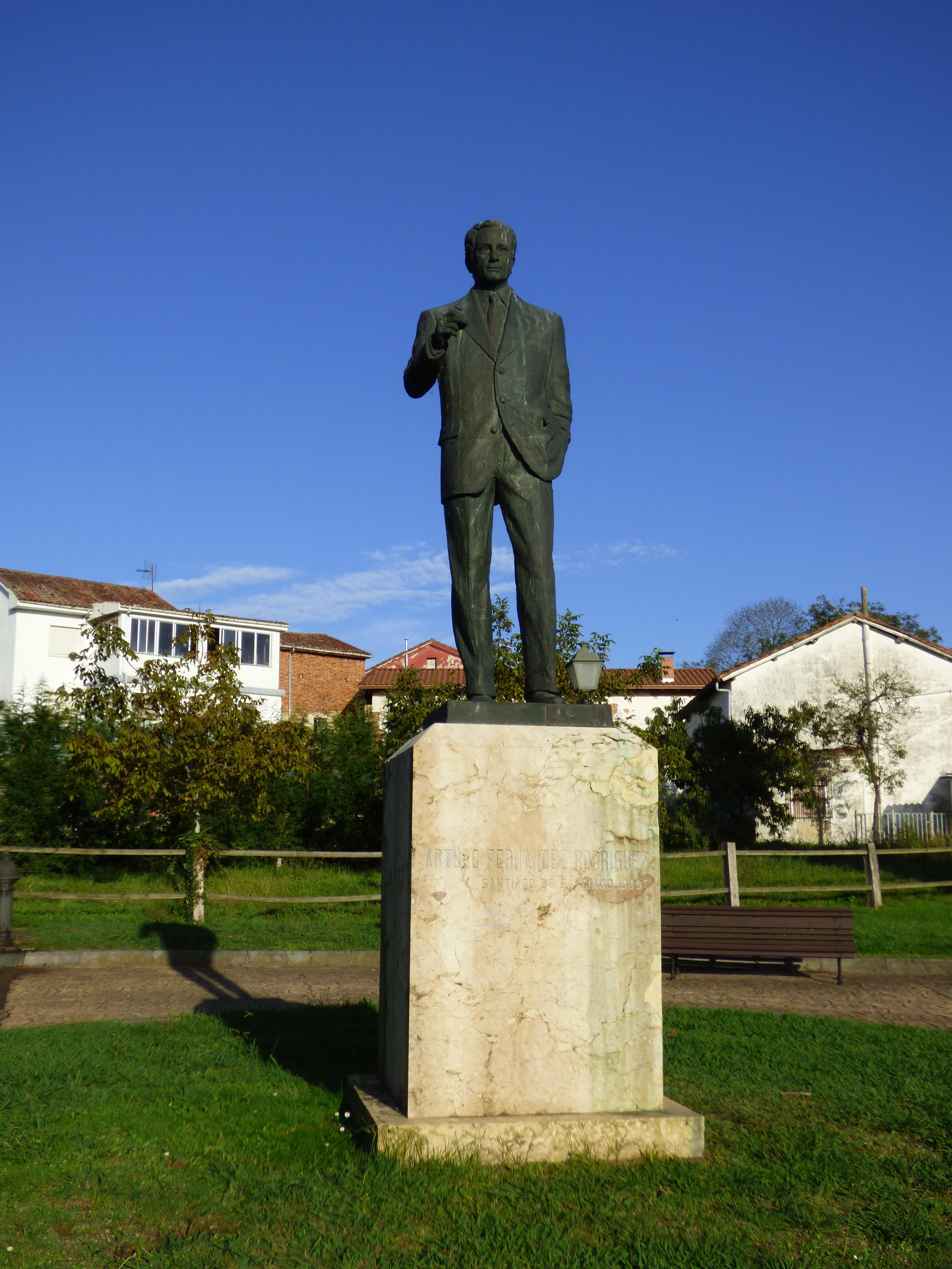 Monumento a Arturo Fernández en Priañes, municipio de Oviedo, Asturias. Obra del escultor Santiago de Santiago en 1999.