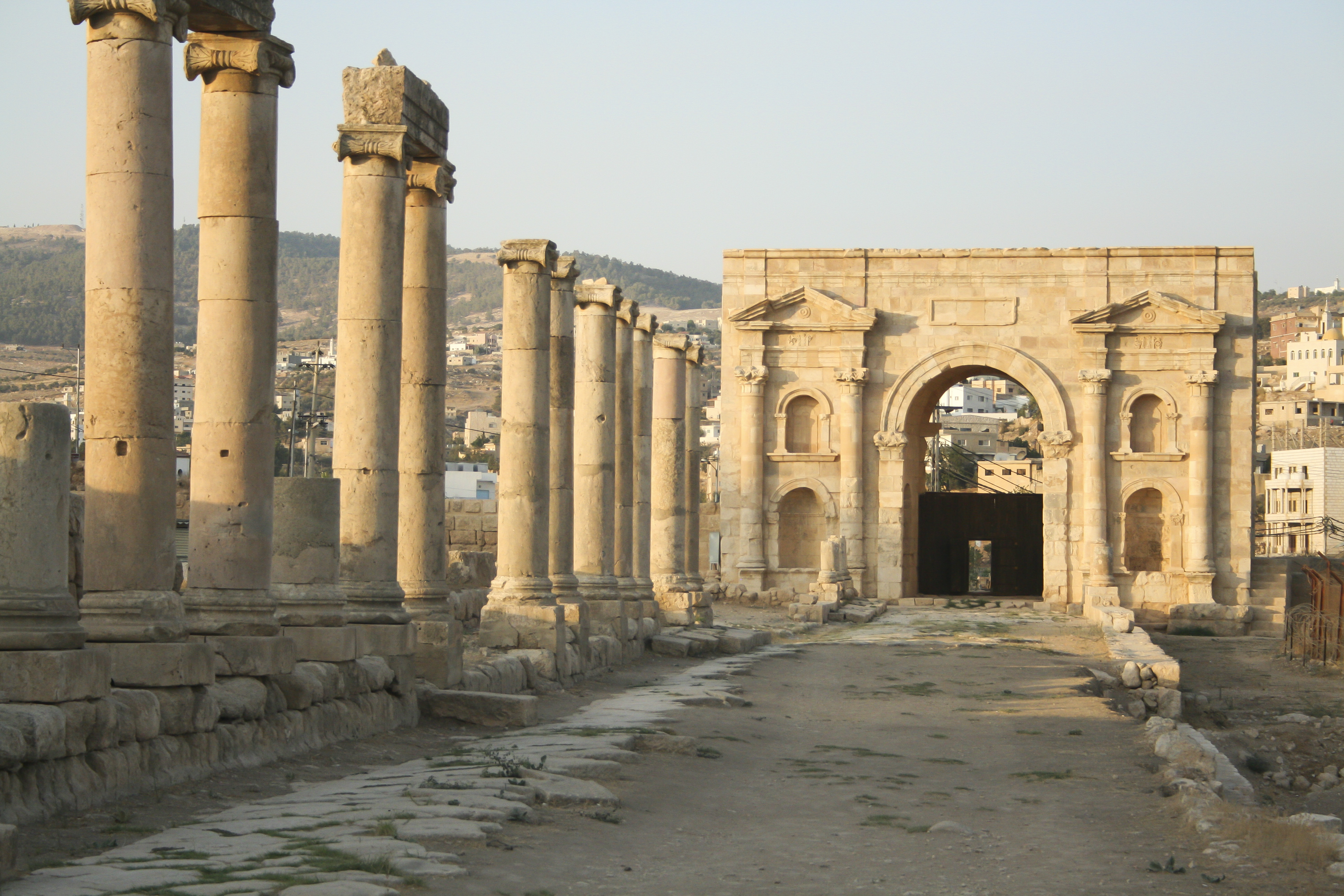 More On Date Gate >> File:North Gate, Jerash, Jordan2.jpg - Wikimedia Commons