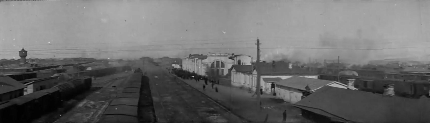 https://upload.wikimedia.org/wikipedia/commons/8/83/Novonikolaevsk_railway_station_1919_%28cropped%29.jpg