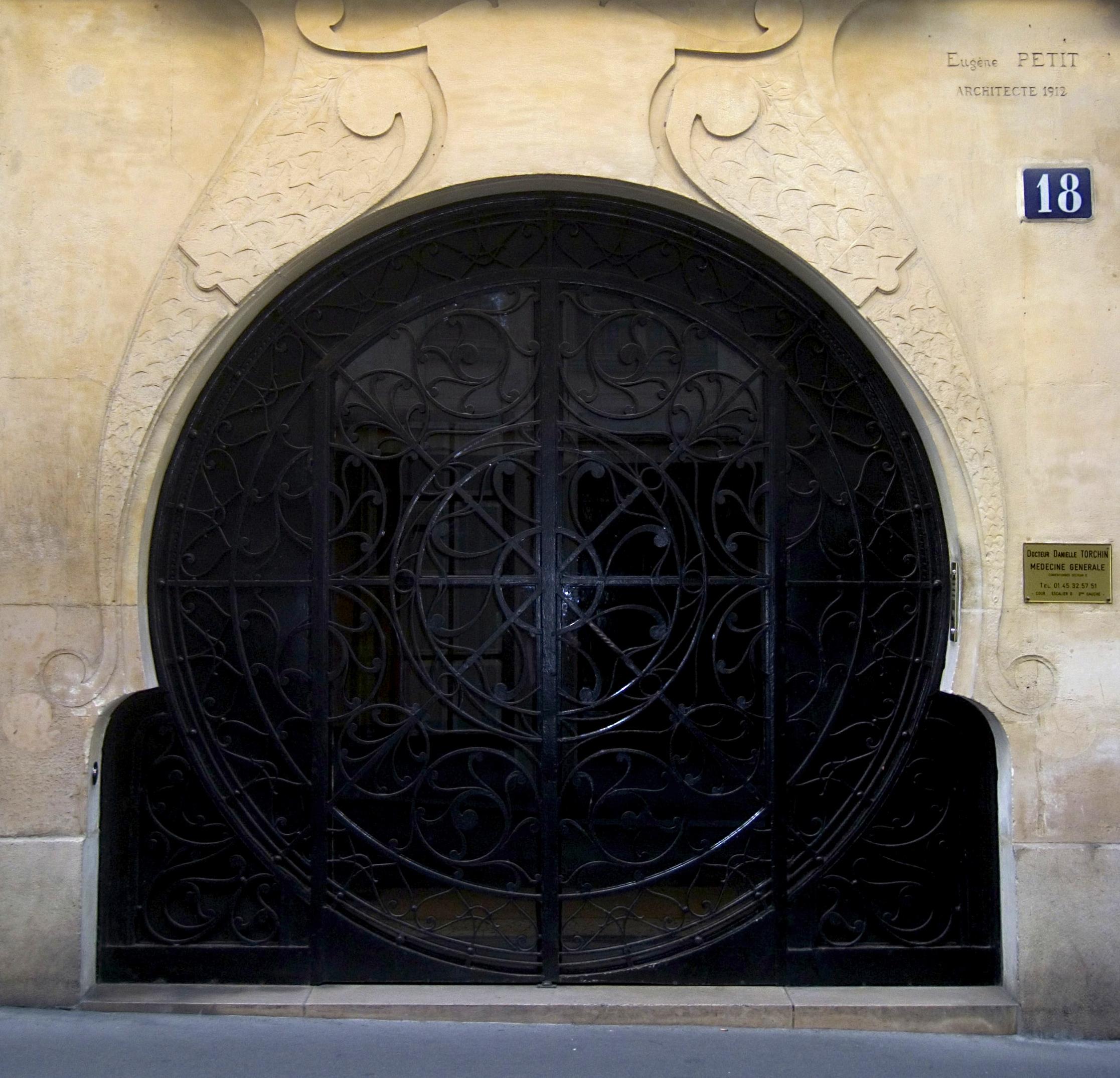 File porte d 39 entr e du 18 rue du g n ral beuret - Porte d entree demi ronde ...