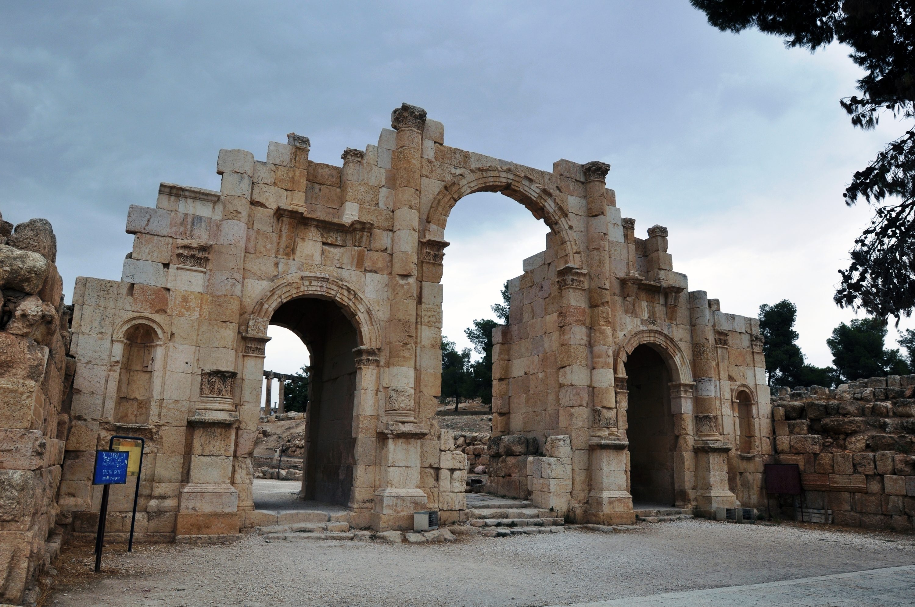 City Of South Gate >> File:South Gate in the ancient city of Jerash.JPG - Wikimedia Commons