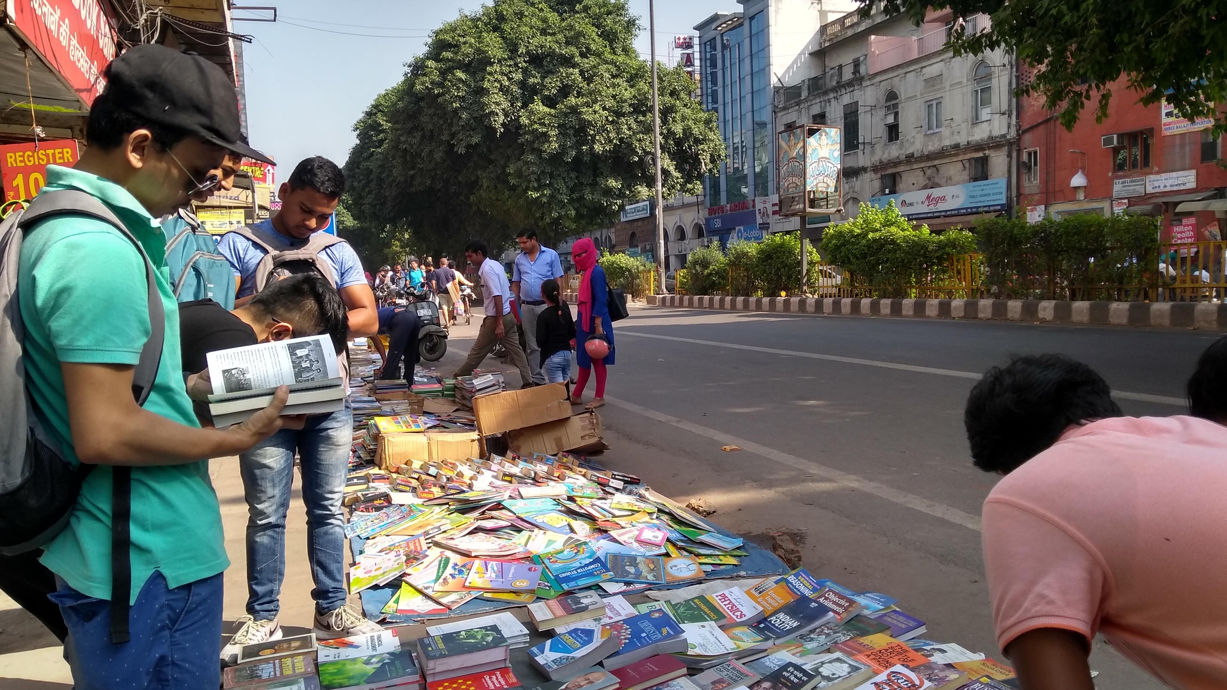 File:Sunday morning roadside second-hand book market at Daryaganj, Delhi  -3.jpg - Wikimedia Commons