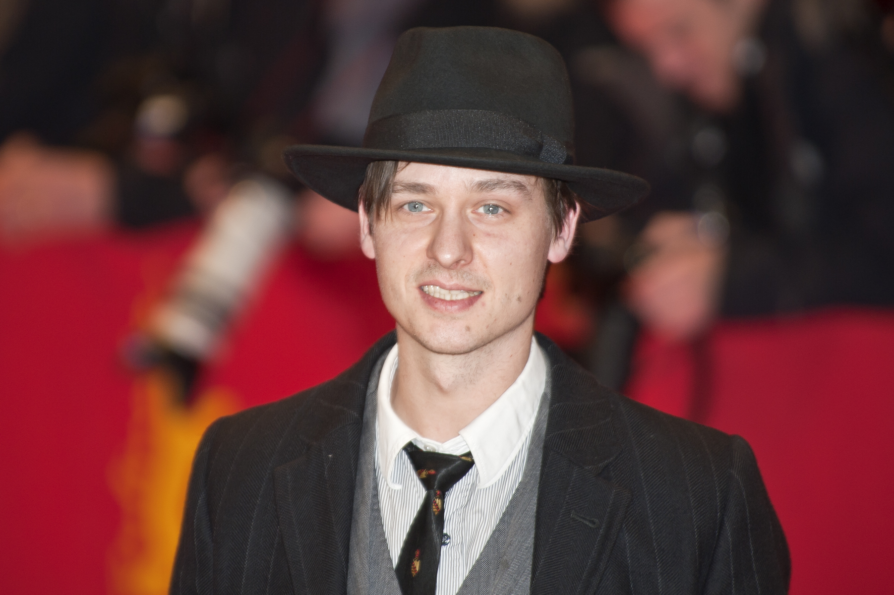 The 38-year old son of father (?) and mother(?) Tom Schilling in 2020 photo. Tom Schilling earned a  million dollar salary - leaving the net worth at 2 million in 2020
