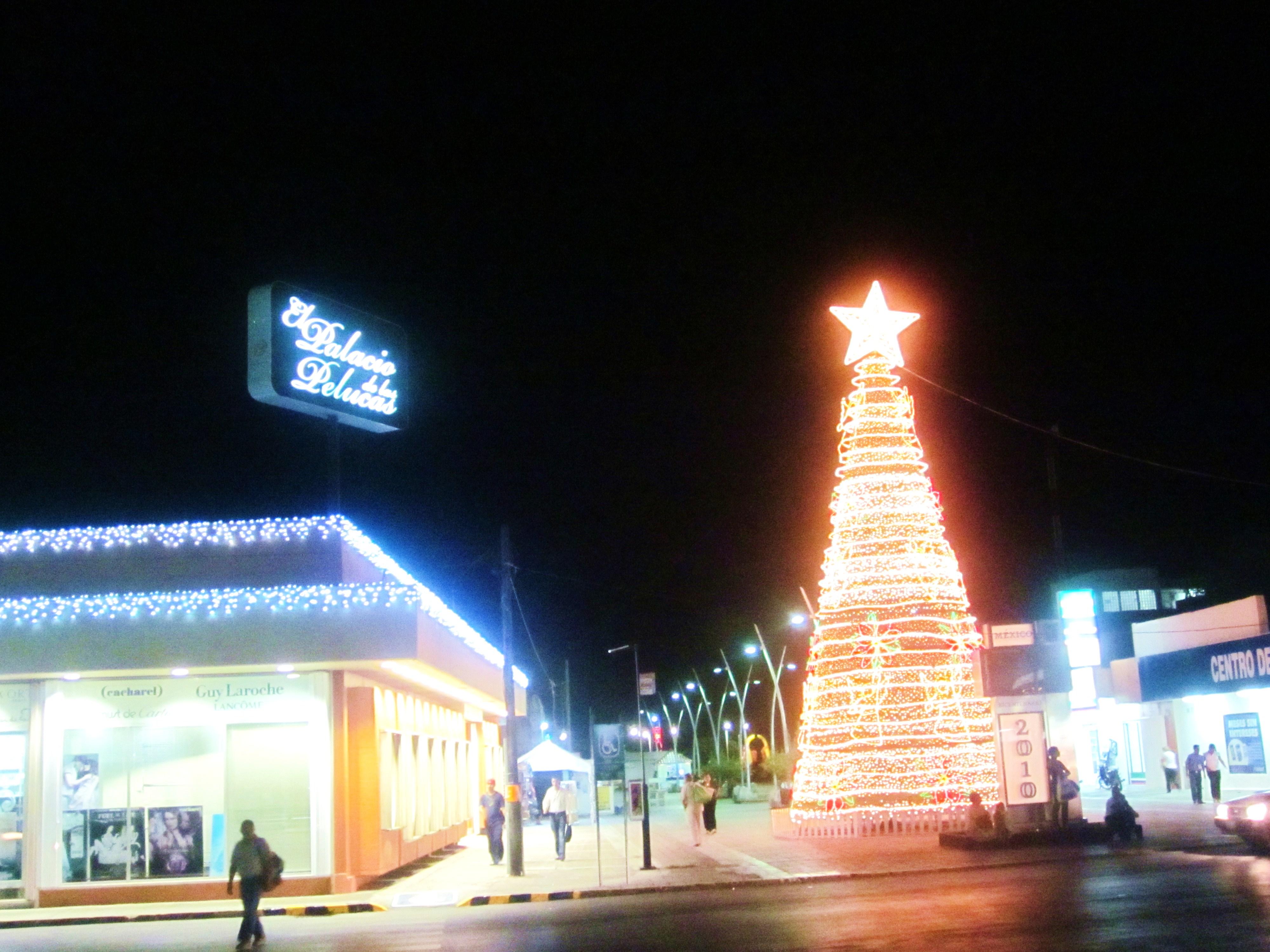 File:Arbol de Navidad y el Palacio de las Pelucas, Chetumal, Q.