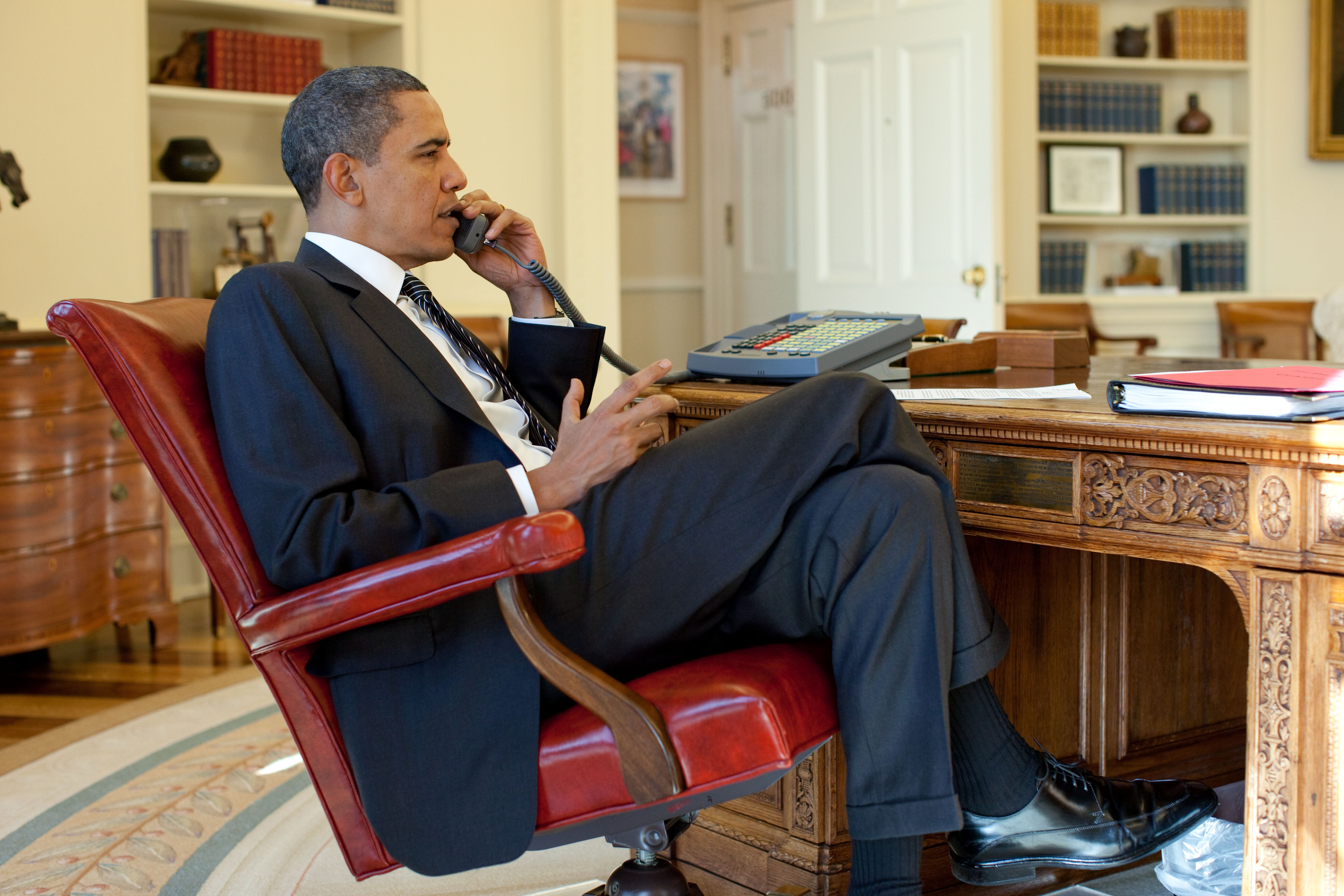 Obama Resolute Desk File Barack Obama On The Phone In The Oval Office With