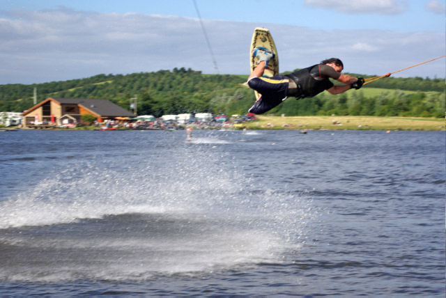 Cable Waterskiing, Rother Valley Country Park - geograph.org.uk - 537989