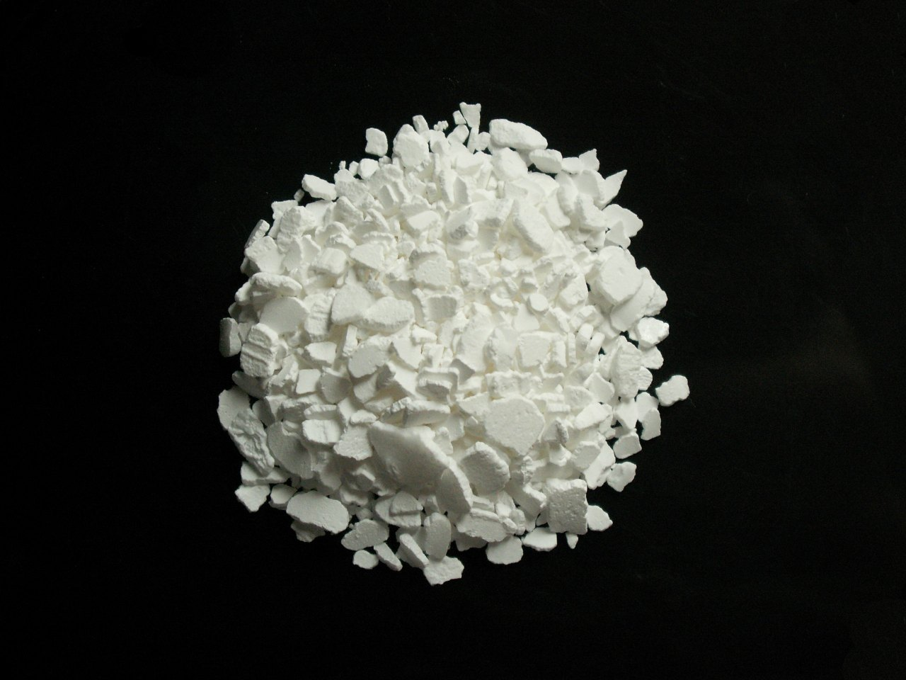 characteristics of clacium Calcium is dull gray, but it is shiny when scratched other physical properties calcium is an excellent conductor of electricity.