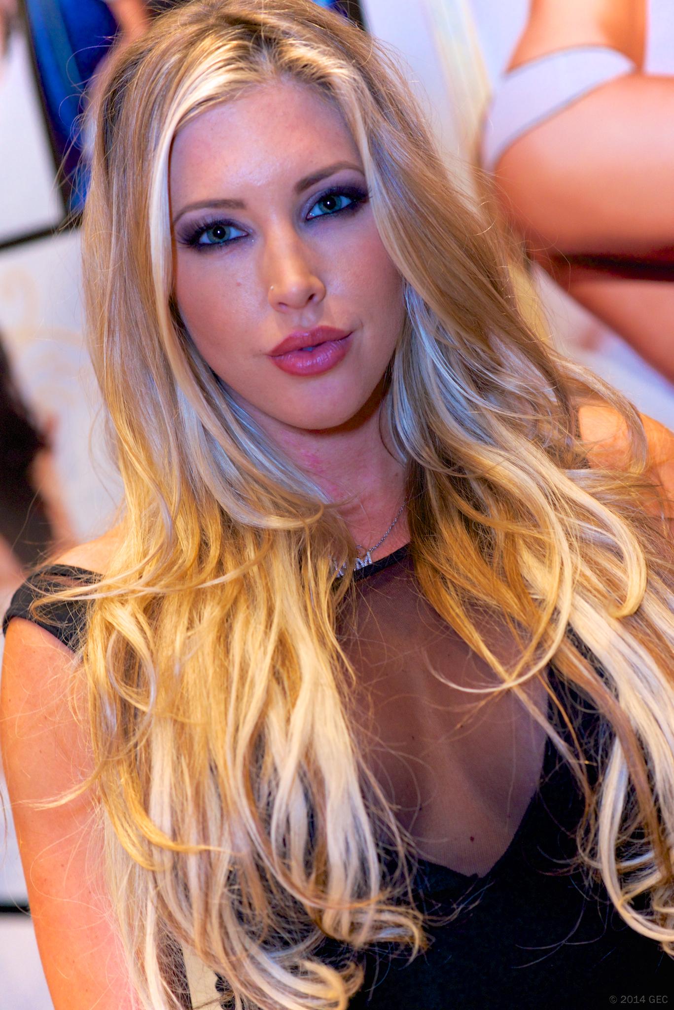 Sexy MILF Samantha Saint sucks on a huge cock as well as licking the ball sac № 1558696 бесплатно
