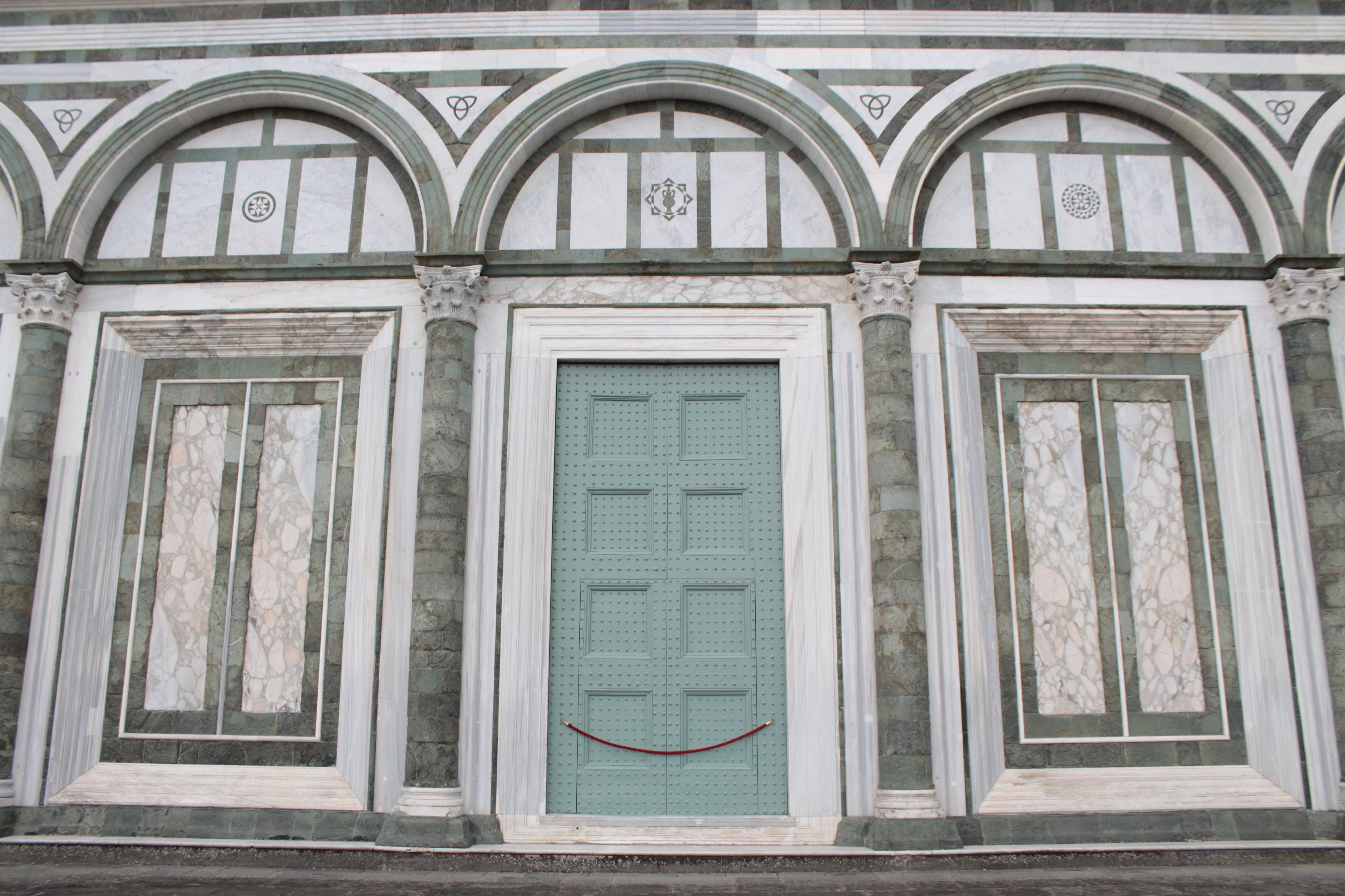 San Miniato al Monte, la facciata caratterizzata da cinque archi a tutto sesto sorretti da colonne inserpentino verdecon basi ecapitelli corinziin marmo bianco