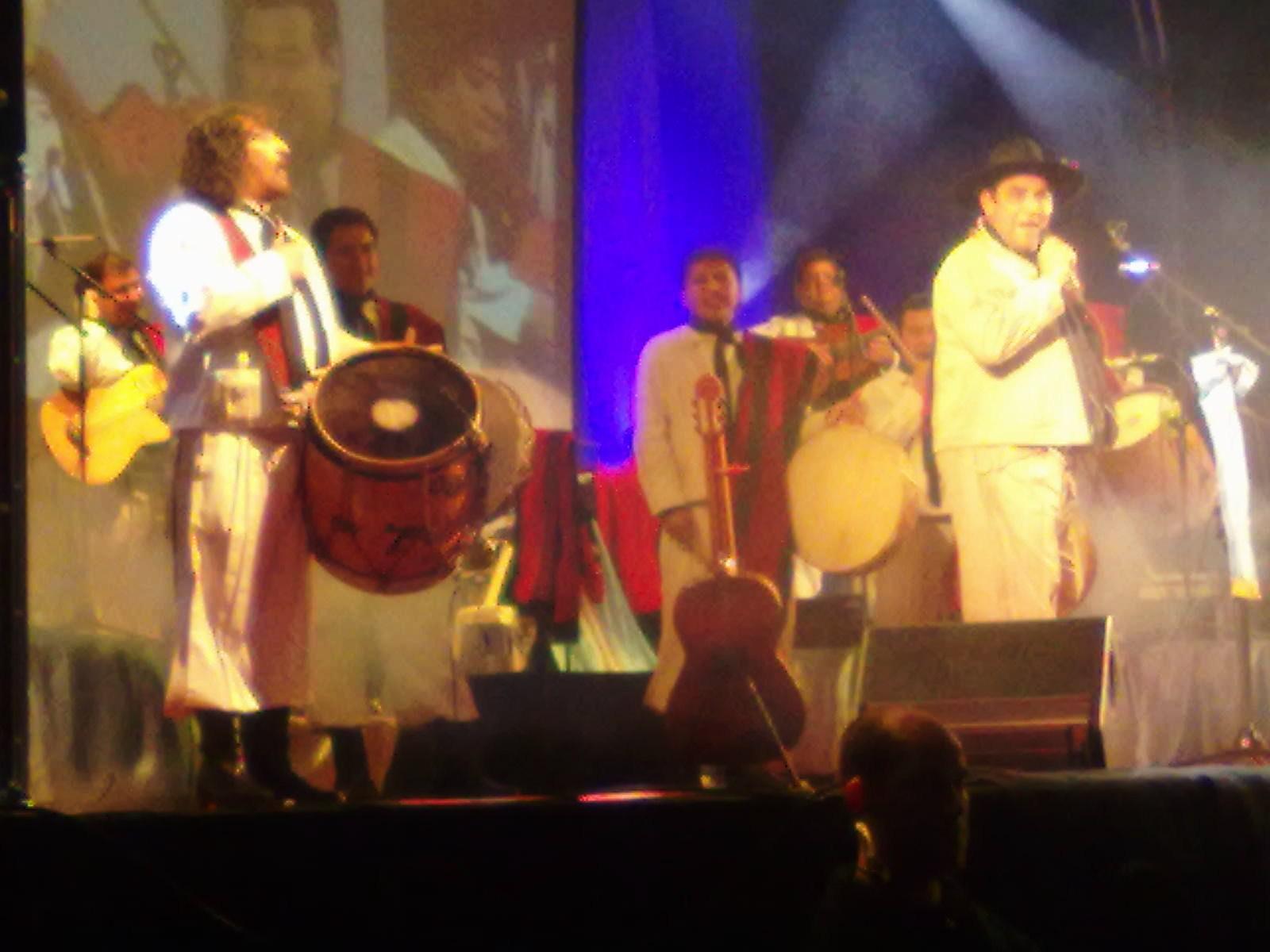 El Chaqueño Palavecino (a la derecha) en concierto (2011).