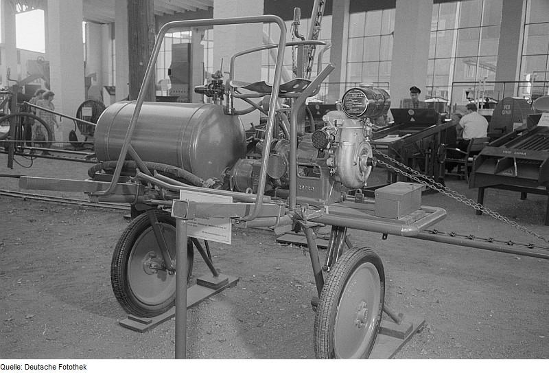 File:Fotothek df roe-neg 0006514 005 Feldspritze auf der Technischen Messe 1953.jpg