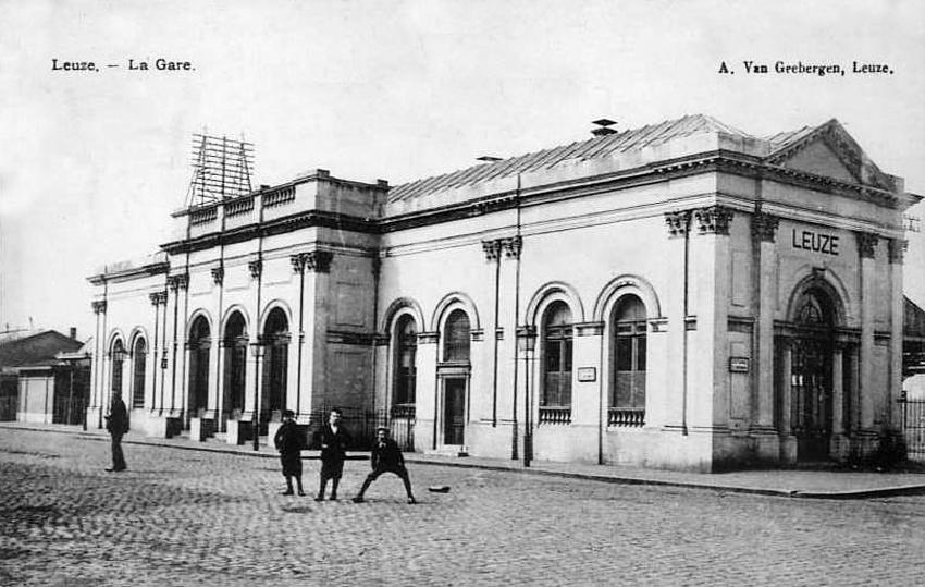 Le bâtiment voyageurs de la gare Leuze vers 1900. Ce bâtiment avait d'abord été édifié en gare de Tournai avant d'être démonté pierre par pierre pour être remonté à Leuze.