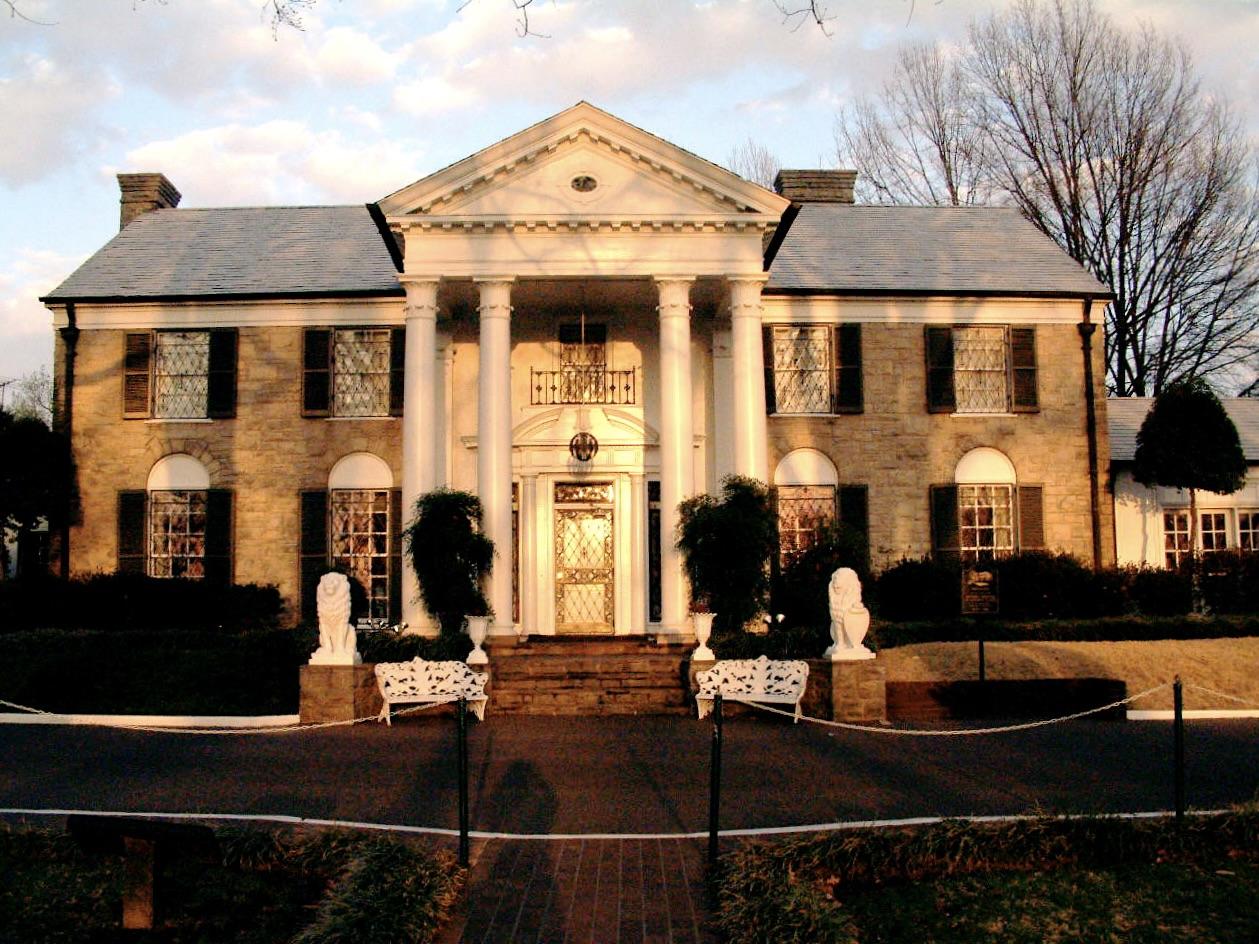 Vista frontal de Graceland, hogar de Elvis desde su juventud y por el resto de su vida.