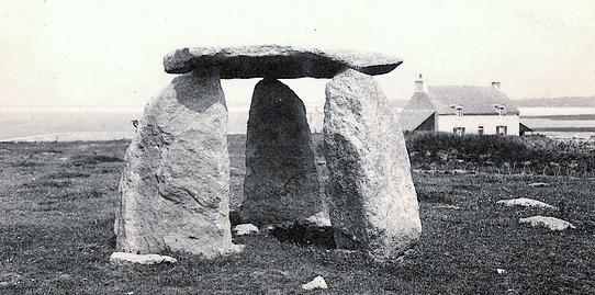 File:Guilvinec dolmen photographié en 1905.jpg